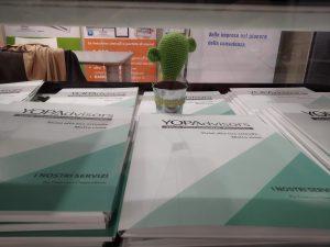 Il nostro banco con le cartelline informative e la nostra mascotte: YOPActus